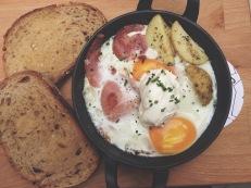 Cazuela de huevos horneados con bacon, patata y crème fraiche