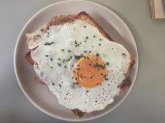 Bikini con espinacas y huevo frito